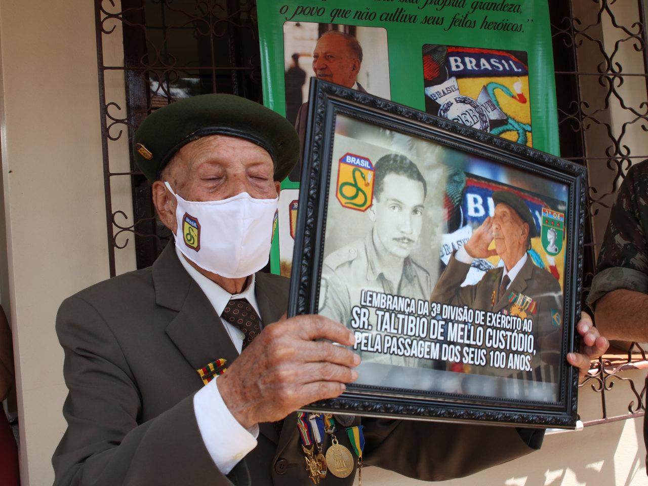 Veterano da FEB completa 100 anos e recebe homenagem do Exército
